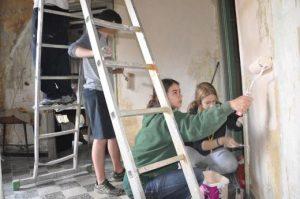 Fem la Murga: Més de 100 escoltes rehabiliten pisos a Barcelona i Lleida pel dret a un habitatge digne